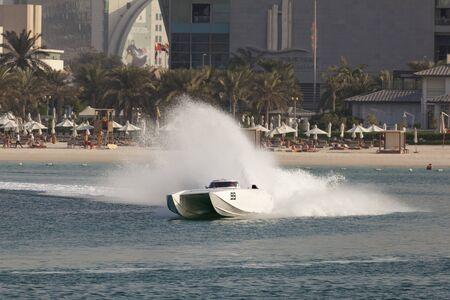 bateau de course: ABU DHABI, UAE - NOV 24, 2016: White racing boat at the Powerboat Championship 2016 in Abu Dhabi, United Arab Emirates