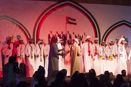 bailarinas arabes: Ras Al Khaimah, Emiratos Árabes Unidos - 30 de noviembre, 2016: bailarines realizan la danza árabe beduino tradicional en la juventud de EAU Festival 2016 en Ras al Khaimah, Emiratos Árabes Unidos