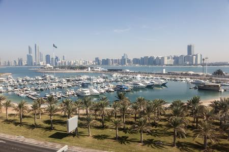 Verhoogde mening over de jachthaven van Abu Dhabi en de stadshorizon. Verenigde Arabische Emiraten, Midden-Oosten Stockfoto