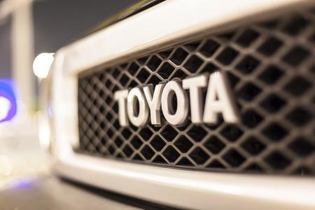 ABU DHABI, Verenigde Arabische Emiraten - 26 november 2016: Toyota bedrijfslogo op een auto 's nachts verlicht