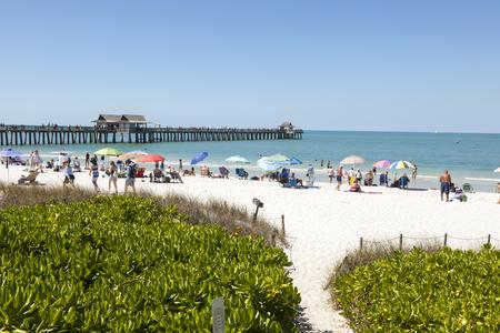 Nápoles, Fl, EE.UU. - 18 de marzo de 2017: Playa blanca hermosa de la arena en la costa del Golfo de México en Nápoles. Florida, Estados Unidos