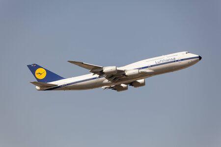 boeing 747: Francoforte, Germania - 30 marzo 2017: compagnie aeree Lufthansa Boeing 747-400 dopo il decollo all'aeroporto internazionale di Francoforte Editoriali