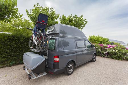 Grigio camper di famiglia furgone con biciclette parcheggiate in un campeggio in Spagna
