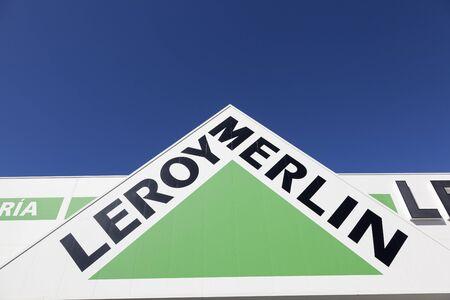 Huelva, Spanje - 3 juni 2017: Logo van de Franse bouwmarkt winkelketen Leroy Merlin