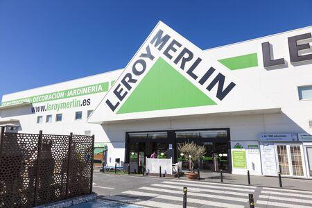 Huelva, Spanje - 3 juni 2017: Frans gebouw levert winkelketen Leroy Merlin in de stad Huelva. Andalusië, Spanje Redactioneel