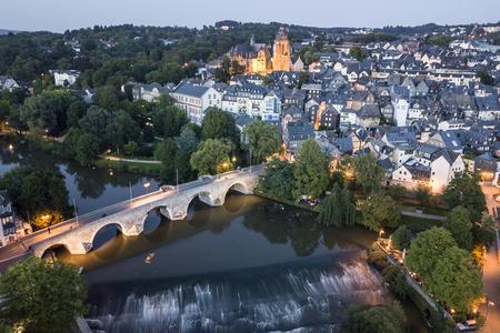 Ttown Wetzlar met de rivier Lahn en historische brug die bij schemer wordt verlicht. Hessen, Duitsland Stockfoto