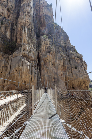 Brug over het wandelpad 'El Caminito del Rey' - King's Little Path, het gevaarlijkste voetpad ooit, heropend in mei 2015. Ardales, provincie Malaga, Spanje