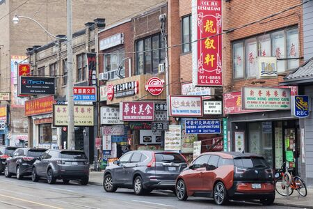 Toronto, Canada - Oct 14, 2017: Chinese shops and restaurant in China Town district of Toronto. Province of Ontario, Canada 報道画像