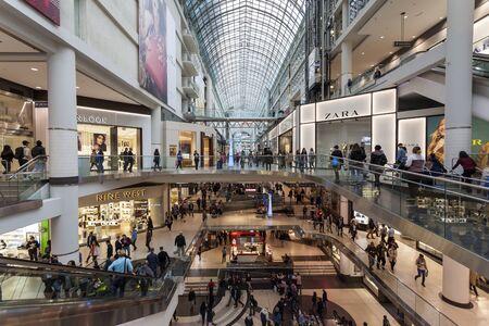 Toronto, Kanada - 12 października 2017: Wnętrze centrum handlowego Eaton Centre w mieście Toronto, Kanada