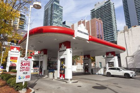 Toronto, Canada - Oct 21, 2017: Petro Canada gas station in the city of Toronto Banco de Imagens - 91157008