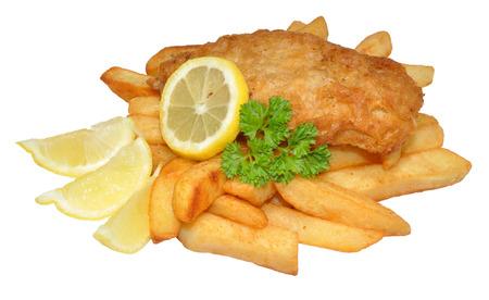 fish and chips: Una porción de pescado y patatas fritas con limón, aislado en un fondo blanco