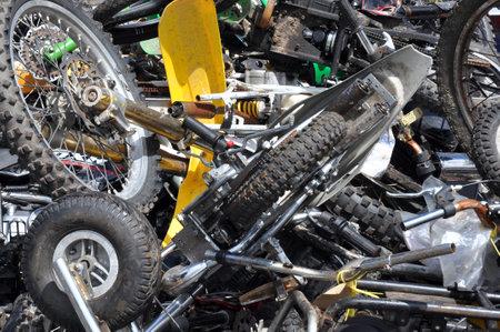 confiscated: Pile di motocicli fuori uso sequestrate dalla polizia in attesa di essere schiacciato