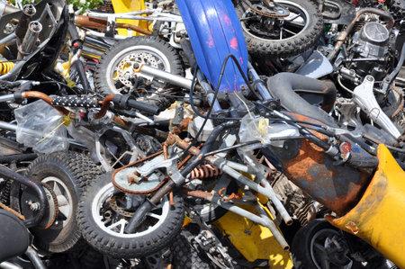 confiscated: Pile di motocicli rottamati sequestrate dalla polizia in attesa di essere schiacciato