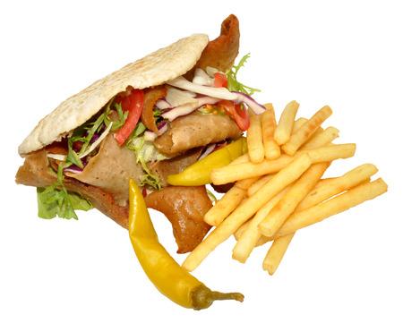 pinchos morunos: A llevar doner kebab en un pan de pita con patatas fritas, aislado