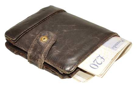 Een oude versleten lederen portemonnee en Engels bankbiljetten, geïsoleerd op een witte achtergrond