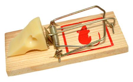 piege souris: Un pi�ge � souris avec du fromage app�t, isol� sur un fond blanc Banque d'images