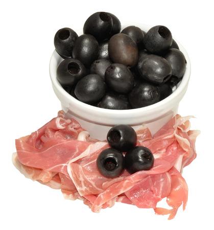 pitted: Secco prosciutto di Parma e olive nere snocciolate, isolato su uno sfondo bianco