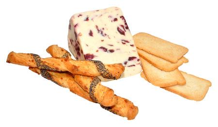 melba: Wensleydale y queso de arándanos con tostadas melba, aislados en un fondo blanco