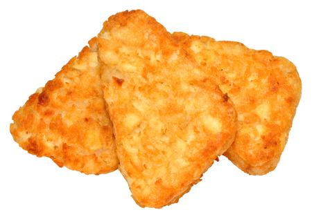 hash browns: Pile di patate cotte patate fritte isolati su uno sfondo bianco.