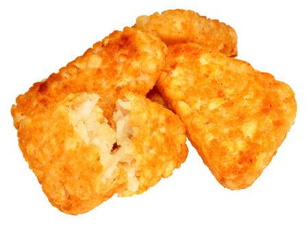 papas doradas: Pila de cocinado croquetas de patata aislados sobre un fondo blanco.