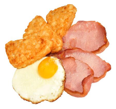 papas doradas: Huevo frito y tocino con croquetas de patata aislados sobre un fondo blanco