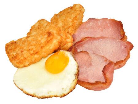 hash browns: Uovo fritto e pancetta con patate fritte isolato su uno sfondo bianco