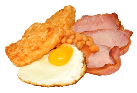 hash browns: Huevo frito y tocino con croquetas de patata y jud�as aisladas sobre un fondo blanco.