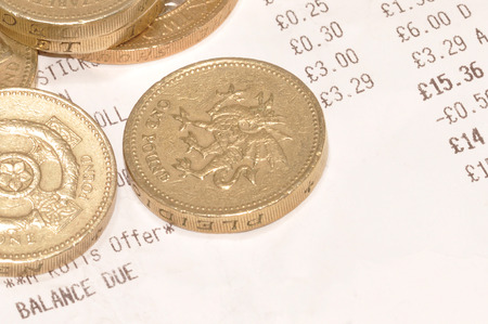 till: Supermarket checkout till receipt and British one pound coins Stock Photo