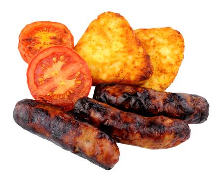 papas doradas: Salchichas a la parrilla y tomates con croquetas de patata aislados sobre un fondo blanco Foto de archivo