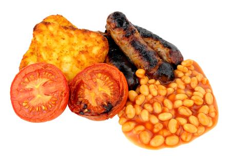 papas doradas: Salchichas y tomate con papas ralladas a la parrilla y los frijoles horneados aislados en un fondo blanco Foto de archivo