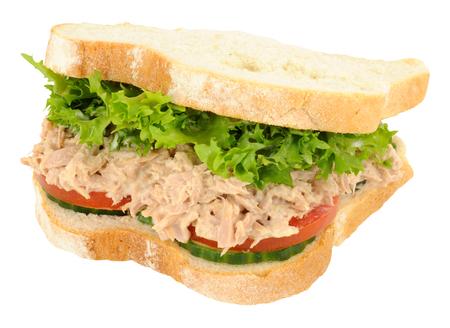 mayonesa: Emparedado del atún y ensalada de lleno en rodajas gruesas de pan blanco aislado en un fondo blanco
