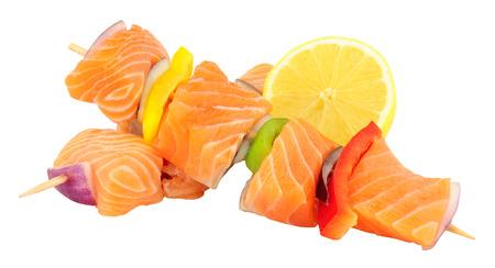 salmón fresco sin procesar y los pinchos de pimiento aislado en un fondo blanco Foto de archivo
