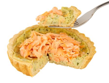 berro: Caliente salmón y berros tarta ahumado aislado en un fondo blanco