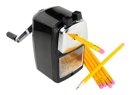 Afilador de lápiz de escritorio resistente con los lápices aislados en un fondo blanco Foto de archivo