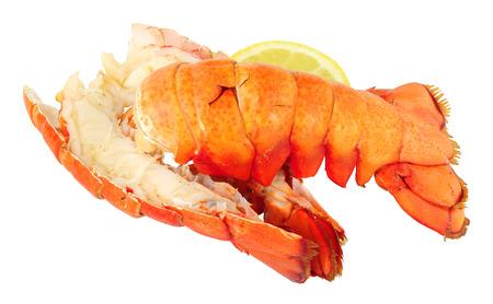 Twee gekookte zeekreeftstaarten die op een witte achtergrond worden geïsoleerd