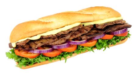 La bistecca di manzo e l'insalata hanno riempito il panino croccante delle baguette isolato su un fondo bianco Archivio Fotografico - 92840536