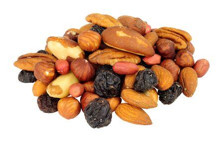 Gruppe von gemischten geschälten Nusskernen und Rosinen mit Paranüssen, Erdnüssen, Haselnüssen, Mandeln, Pekannüssen einzeln auf weißem Hintergrund
