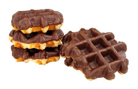 Groupe de gaufres enrobées de chocolat sucré isolé sur fond blanc Banque d'images