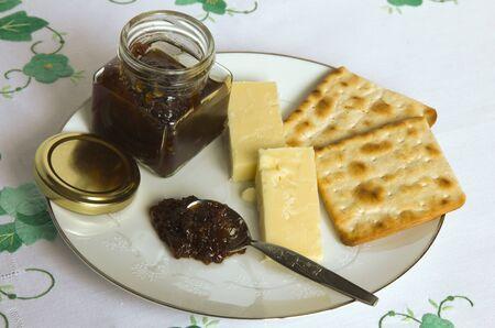 chutney: El queso y la salsa picante hecha en casa con galletas