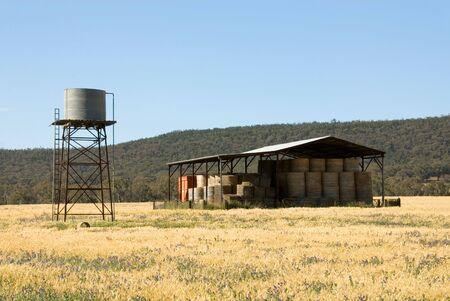 dep�sito agua: Un cobertizo de heno y tanque de agua en una granja en el sur-occidental de Nueva Gales del Sur, Australia Foto de archivo