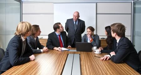 manager: Ein Unternehmen, Manager und sein Team, diskutieren, Business-Strategien in einem B�ro-Sitzung