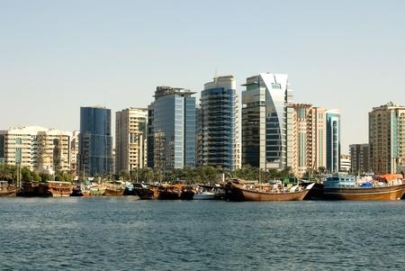 Un edificios modernos en Dubai Creek, Dubai, Emiratos Árabes Unidos