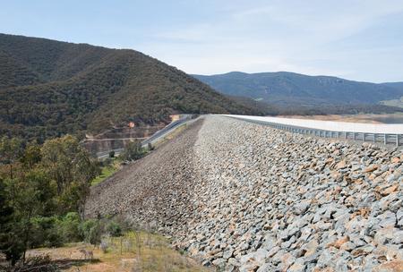 montañas nevadas: Blowering Dam, en el río Tumut, Nueva Gales del Sur, Australia