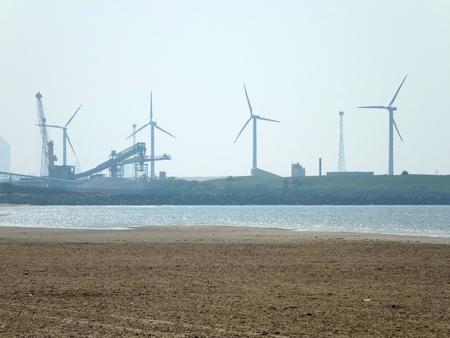 業界と風タービンとリバプール付近コスビー ビーチ