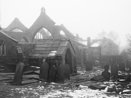 古代中世は、雪や霧の heptonstall 西ヨークシャーの墓地と教会を台無しに 写真素材
