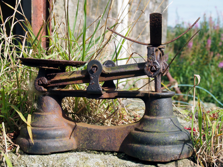 weigh machine: pld rusty balance scales outdoors in a country setting Stock Photo