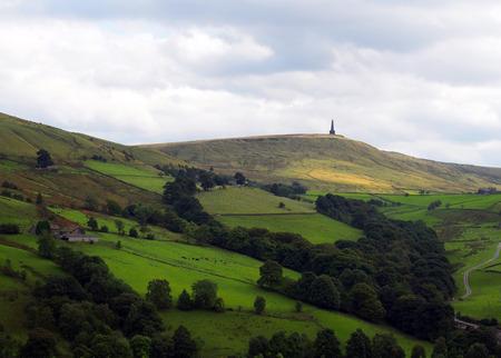 Standley snoek monument in West-Yorkshire landschap met hooggelegen boerderijen en heide in de verte