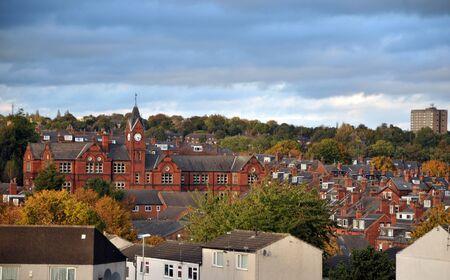 panoramisch uitzicht op de woodhouse gebied van Leeds met straten woonwijken en historische schoolgebouw