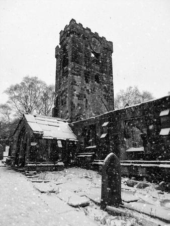 雪の中のヘプトンストールの中世の教会