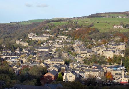 Panoramische luchtfoto van de stad Hebden bridge in West Yorkshire met de straten huizen en oude molen gebouwen in de omliggende Pennine heuvels Stockfoto - 95318775